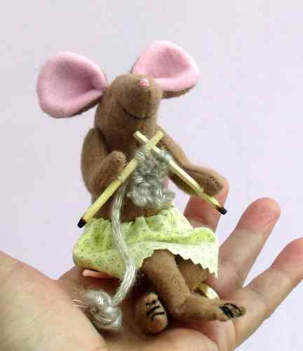 Miss Knitting felt mouse sewing pattern